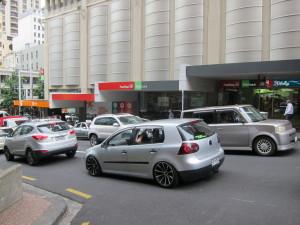 Dominionの建物の横の通り・Kiwi銀行があるのでここで口座開設できる